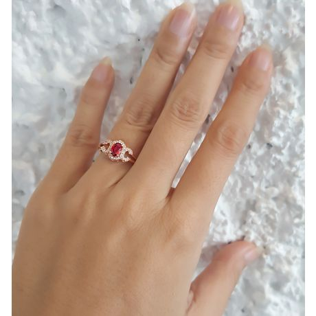 Anello da fidanzamento in rubino, diamanti e oro rosa. Motivo cerchiato