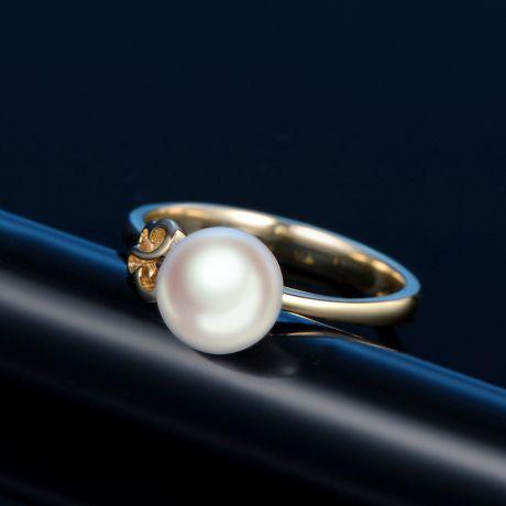 Anello in oro giallo 18ct e perla Akoya Giappone. Motivo Farfalla